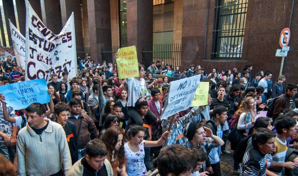 """O trânsito desta terça (19) em Buenos Aires ficou travado por causa das """"panelas populares"""", um modelo de manifestação em que os argentinos armam uma fogueira no meio da rua e cozinham mate na panela; foram cem protestos realizados durante o dia em diversos pontos e diferentes horários, das 7h às 20h, sempre bloqueando ao menos uma parte de uma via da cidade; os manifestantes criticavam a política econômica do presidente Mauricio Macri, que desencadeou uma inflação de 29% nos seis primeiros meses deste ano na capital; de janeiro a junho, 3.241 protestos bloquearam ruas no país, uma média de 18 por dia"""