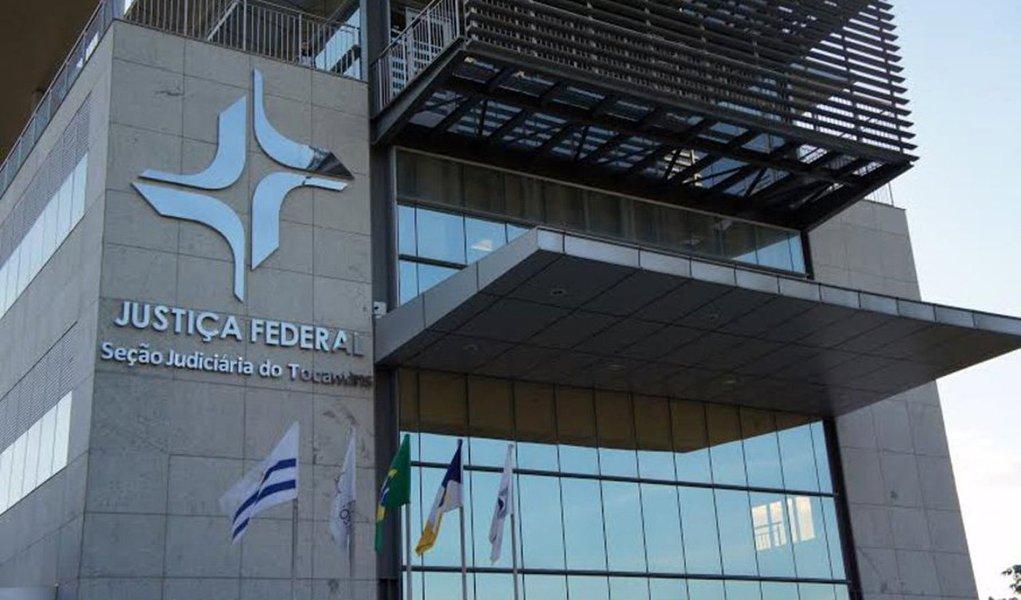 A Justiça Federal determinou a suspensão de pagamentos por parte do governo estado e do Banco do Brasil às empresas investigadas na Operação Ápia; a suspensão atinge a MVL Construções,CRT Construtora, EHL, CSN, CCM, Construtora Barra Grande e a JM Terraplanagem, empresas que firmaram contratos com o executivo em 2014 para obras de pavimentação e terraplanagem de rodovias estaduais; o Judiciário também determinou prisões temporárias, conduções coercitivas e buscas e apreensões; a estimativa da PF é que o prejuízo aos cofres públicos gire em torno de 25% dos valores das obras contratadas, o que representa aproximadamente R$ 200 milhões