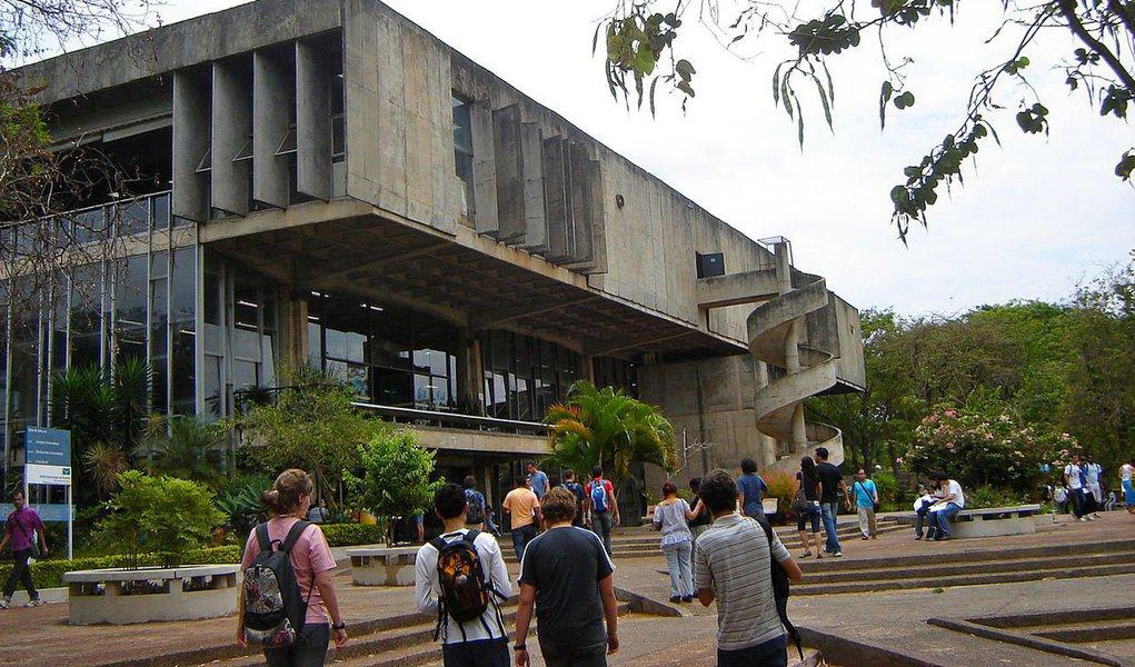"""Universidade de Brasília repudiou o protesto organizado por grupo que proferiu ofensas contra estudantes na instituição na noite de sexta-feira; os manifestantes foram homofóbicos, e soltaram gritos em defesa de Bolsonaro, contra a política de cotas e chamou estudantes de """"comunistas vagabundos""""; """"A reitoria da Universidade de Brasília reitera a postura de respeito ao direito à diversidade nos seus quatro campi e repudia qualquer ato de intolerância e de agressão"""", informou a instituição, em nota; governador Rodrigo Rollemberg determinou à Polícia Civil que investigue com """"atenção especial"""" as ofensas contra estudantes; militante que convocou ato nas redes virou alvo de ação no MP"""