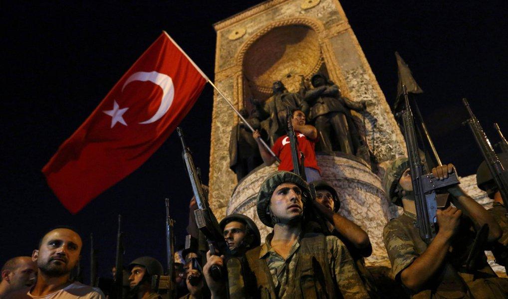 Turquia decidiu suspender temporariamente a Convenção Europeia de Direitos Humanos, que inclui as liberdades fundamentais dos homens e a proibição da pena de morte – autorizada apenas em caso de uma guerra; medida vigorará durante o estado de emergência, decretado por três meses pelo governo do presidente Recep Tayyp Erdogan após uma tentativa fracassada de golpe de Estado do Exército turco. Desde a tentativa fracassada de golpe de Estado, ocorrida na última sexta-feira (15), o governo já anunciou a prisão de cerca de 50 mil pessoas