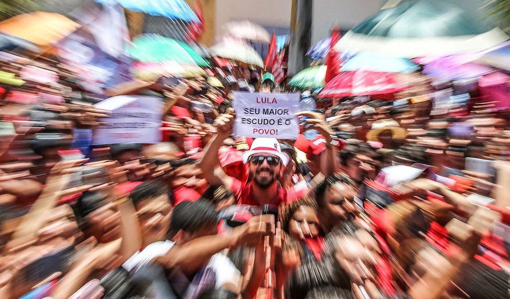 """Um dia depois de se tornar réu em Curitiba, o ex-presidente Luiz Inácio Lula da Silva caiu definitivamente nos braços do povo, participando de comícios em cidades com Barbalha, Crato e Fortaleza, e provou que, ao menos no Nordeste, ainda é rei; num dos cartazes, um manifestante transmitiu a seguinte mensagem: """"Lula, seu maior escudo é o povo""""; ou seja: por mais frio e impessoal que seja o juiz Sergio Moro, suas decisões em relação a Lula despertarão paixões e reações imprevisíveis; uma eventual prisão ou uma decisão que contribua para excluir da vida política o maior líder popular da história brasielira, certamente, não traria paz social"""