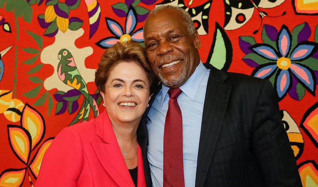 """Oator norte-americano Danny Glover visitou a presidente eleita Dilma Rousseff, nesta segunda (20), no Palácio da Alvorada; ele declarou apoio a ela e à democracia brasileira; """"Foi um encontro importante. Lamentamos o que está acontecendo com a democracia"""", disse"""