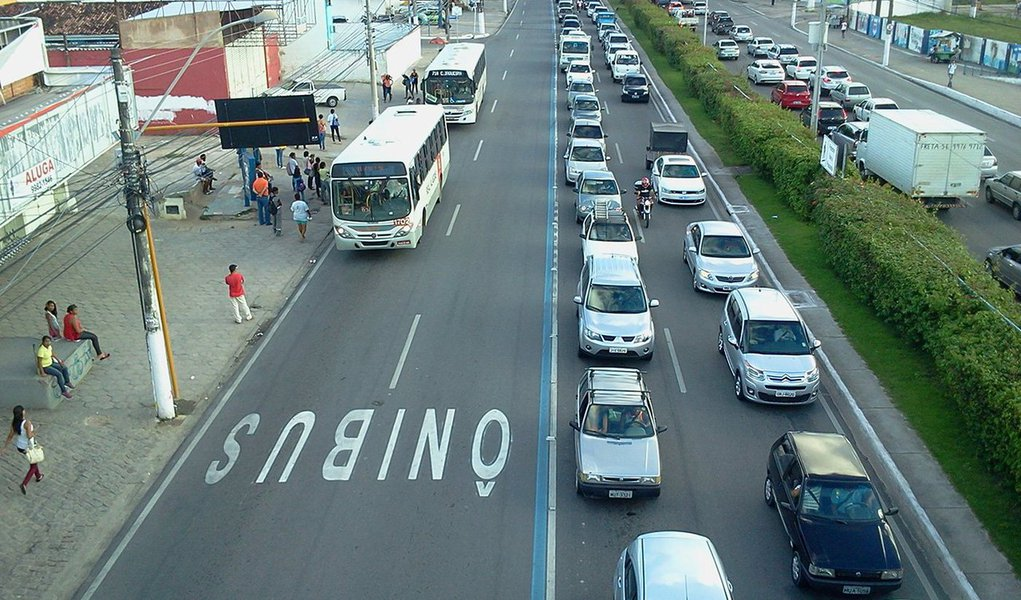 A Prefeitura de Maceió promulgou a lei que permite o tráfego de táxispermissionários da capital nos corredores exclusivos para transporte coletivo; antiga reivindicação da categoria, agora eles podem usar a faixa azul em qualquer horário e dia da semana