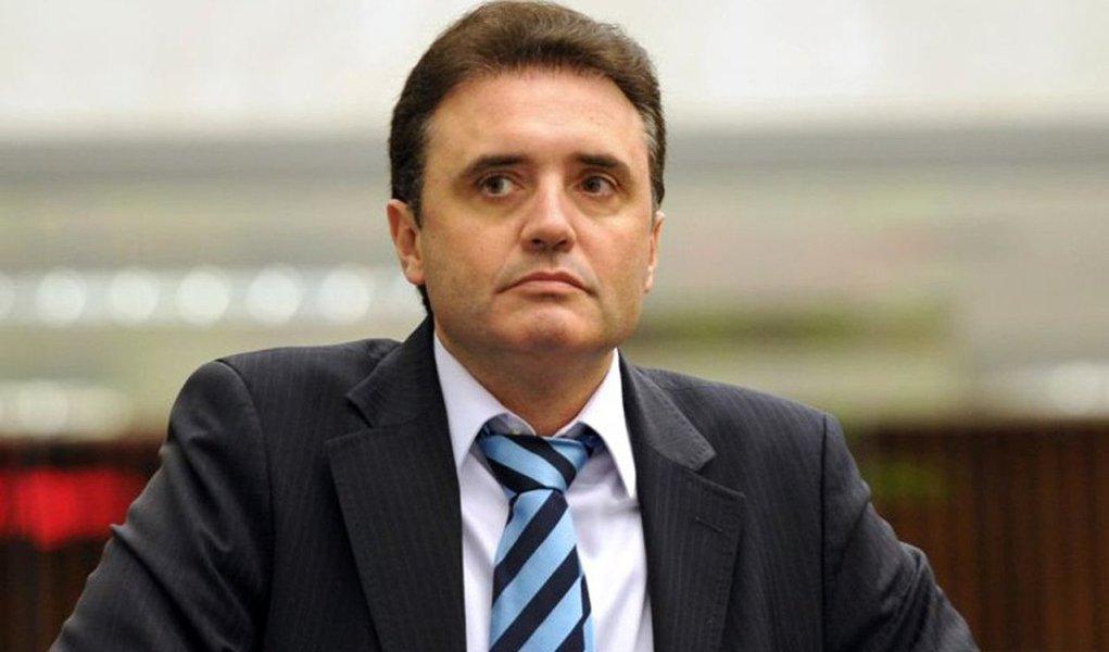 Osmar Bertoldi (DEM-PR), que está preso desde fevereiro por descumprir uma ordem judicial para não se aproximar da ex-noiva, que o acusa de agressão, sequestro, cárcere privado e estupro, tenta assumir o cargo de deputado federal como suplente em uma das 25 vagas abertas coma saída de de parlamentares que disputaram as eleições municipais; ele tenta na Justiça revogar a prisão para assumir a vaga que será aberta com a saída de Marcelo Belinati (PP-RJ), eleito para a Prefeitura de Londrina (PR)
