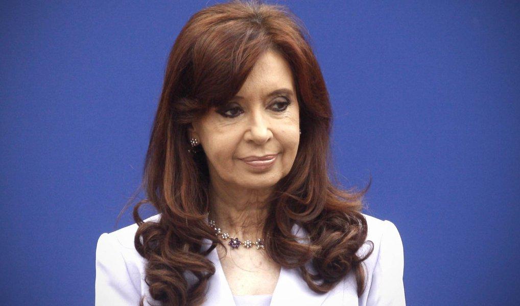 Polícia argentina realizou buscas em propriedades da ex-presidente Cristina Kirchner como parte de uma investigação sobre possível corrupção durante seus dois mandatos, encerrados em dezembro com a posse de Mauricio Macri; autoridades buscavam documentos relacionados a um caso no qual Cristina é acusada de enriquecimento ilícito utilizando uma companhia do setor imobiliário da família