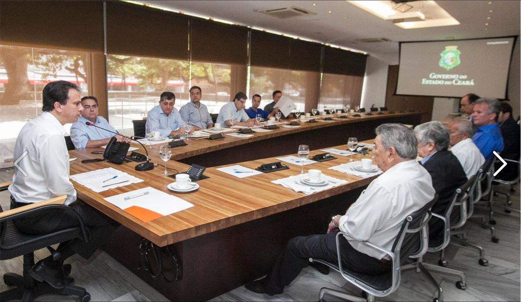 O governador Camilo Santana (PT) reuniu parte da bancada federal do Ceará nesta quinta (14), no Palácio da Abolição. No encontro, foram discutidas obras prioritárias para minimizar os efeitos da seca no Estado, como o Cinturão das Águas, e a Transposição do São Francisco. Além da seca, os deputados federais também debateram sobre as emendas de bancada que devem ser destinadas à área da saúde do Estado em 2017
