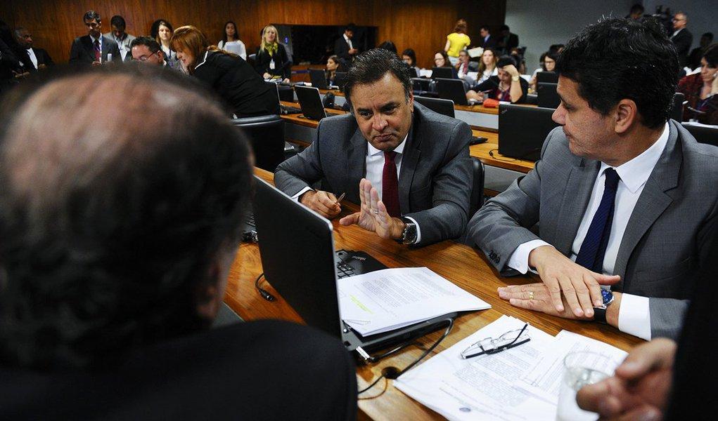 """A Comissão de Constituição e Justiça do Senado aprovou nesta terça (13) uma série de medidas que visam reduzir o número de partidos atuantes no Congresso; essas propostas fazem parte da PEC 36/2016 de autoria dos senadores tucanos Aécio Neves e Ricardo Ferraço; de acordo com a proposta, só terão direito ao """"funcionamento parlamentar"""" os partidos que a partir de 2018 obtiverem um mínimo de 2% dos votos válidos e que a partir das eleições de 2022 obtiverem um mínimo de 3% dos votos; seria uma mudança muito brusca que levaria ao ostracismo diversos partidos ideológicos como PSOL, Rede, PCdoB, PV e PPS"""