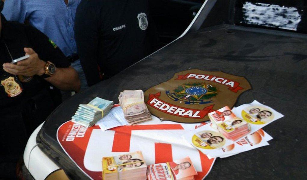 A Superintendência Regional da Polícia Federal (PF) em Alagoas vai receber uma equipe da instituição, lotada em Brasília, para colaborar com as investigações de casos envolvendo crimes eleitorais; várias apurações estão em andamento após detecção de ilícitos cometidos contra as regras impostas pela Justiça Eleitoral