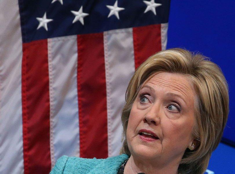 O primeiro lote das correspondências eletrônicas roubadas por hackers da caixa postal de Podesta foi divulgada em 8 de outubro; desde então, a Wikileaks vem publicando diariamente centenas desses e-mails; parte dessa correspondência indica para uma suposta relação de Clinton com a grande mídia dos EUA; mensagens sugerem que membros do gabinete democrata impunham a pauta e o conteúdo de notícias relativas à campanha de Clinton, chegando a redigir os artigos publicados sobre ela por diversos veículos de mídia, favorecendo assim a sua candidatura