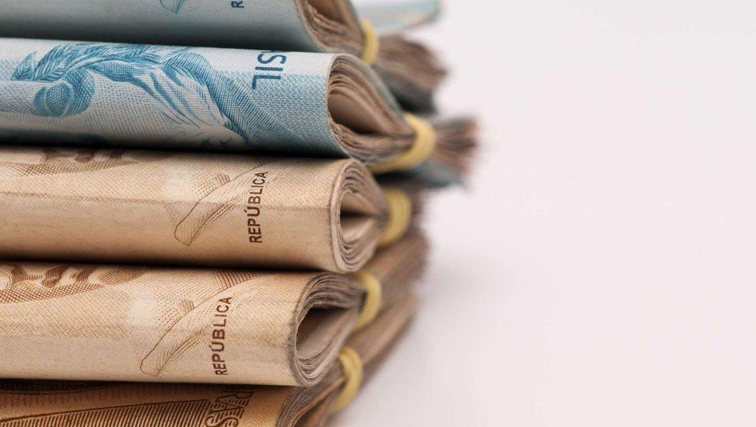 Servidores do Judiciário, do Legislativo e dos órgãos auxiliares não receberão seus salários nesta quarta-feira (20); em decorrência da queda acentuada da arrecadação do Fundo de Participação dos Estados, o governo atrasou o repasse para os demais poderes e assim os vencimentos e subsídios de julho só serão pagos nos últimos dias do mês