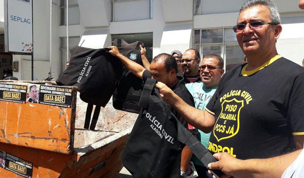Cobrando novos coletes balísticos e aumento do piso salarial, o Sindicato dos Policiais Civis de Alagoas (Sindpol/AL) protestou, no Centro de Maceió, jogando grande parte dos equipamentos em um contêiner de lixo; eles reclamam que os coletes estão com a data de validade vencida e reivindicam piso de R$ 5.500 dividido em, no máximo, duas vezes; o Estado teria oferecido R$ 3.525 até 2018, dividido em três vezes