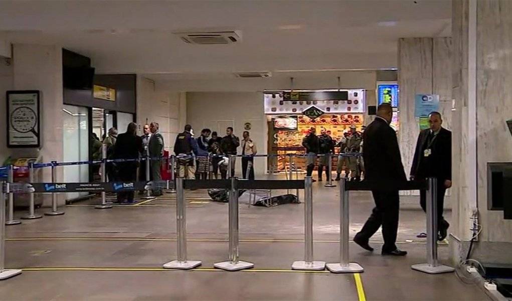 Um rapaz foi morto a tiros dentro do Aeroporto Internacional Salgado Filho, em Porto Alegre; o crime ocorreu no Terminal 2, onde minutos depois desembarcou o novo treinador do Grêmio, Renato Portaluppi; por esse motivo, o movimento no aeroporto era intenso no momento dos disparos; segundo testemunhas e funcionários do terminal, dois homens entraram no local e atiraram mais de dez vezes contra Marlon Roldão, que morreu na hora; a vítima estava com parentes e havia completado 18 anos