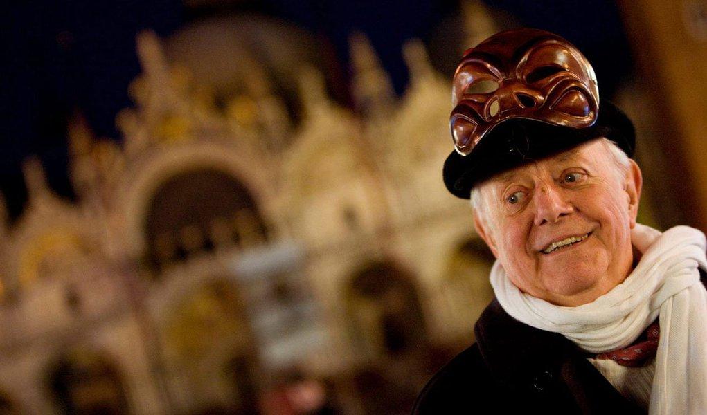 """Corpo do escritor, dramaturgo e Nobel de Literatura italiano, foi recebido na Piazza Duomo sob gritos de """"Dario"""", após percorrer cerca de 3 kms no cortejo fúnebre que o levou do Piccolo Teatro Strehler, onde havia sido velado; debaixo de chuva, parentes, amigos e admiradores acompanharam o caixão pelas ruas do coração de Milão, ao som de """"Bella ciao"""", música símbolo da Resistência Italiana"""