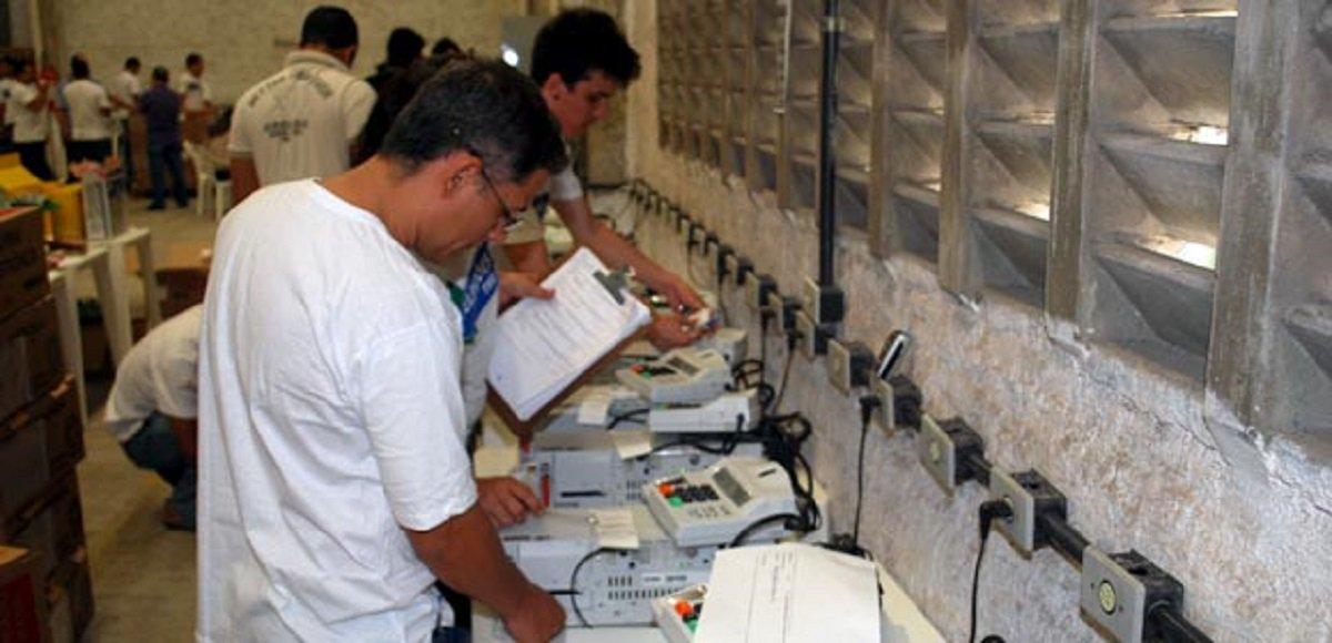 O Tribunal Regional Eleitoral do Ceará deverá realizar a geração de mídias para o 2º turno das eleições, a partir de 13 horas de amanhã (19) e partir das 8 horas do dia 20, quarta-feira. Estão sendoconvocados para acompanhar os trabalhos os representantes dos partidos, coligações, Ministério Público e Ordem dos Advogados do Brasil (OAB-CE).Serão disponibilizadas para o 2º turno 5.643 urnas eletrônicas, sendo 4.492 para as seções eleitorais de votação de Fortaleza, 601 urnas para as seções de Caucaia, 522 urnas reservas e 39 urnas eletrônicas para as Mesas Receptoras de Justificativas