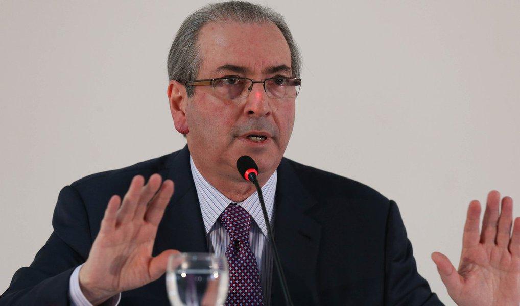 """Aliados de Eduardo Cunha (PMDB-RJ) afirmaram que o deputado afastado deverá renunciar ao cargo de presidente da Câmara somente se a maioria dos deputados da Comissão de Constituição e Justiça (CCJ) acatar o recurso, impetrado por ele, que questiona pontos das tramitação do processo que recomenda sua cassação no Conselho de Ética; """"Se ganhar na CCJ, ele renuncia à presidência (da Câmara)"""", afirmou um interlocutor; caso Cunha consiga a maioria dos votos na CCJ, o processo de cassação volta à estaca zero"""