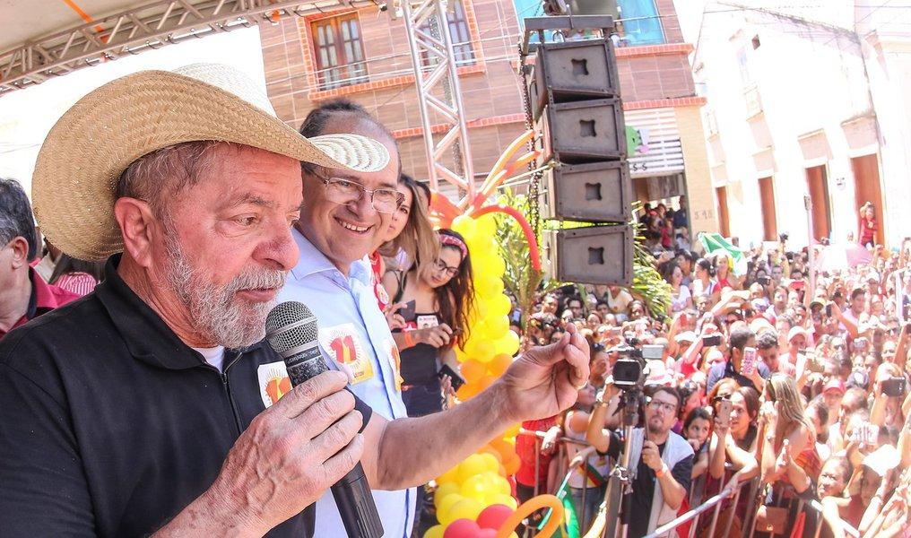 """Diante do apelo da população, o ex-presidente fez uma parada inesperada, fora da agenda, na cidade de Crato, no Ceará, onde também discursou, depois de Barbalha; em sua fala, voltou a criticar o impeachment de Dilma Rousseff:""""Temos que respeitar somente os presidentes eleitos democraticamente. Por que se ele não for eleito, é o quê?"""", indagou; o público respondeu: """"Golpista!""""; Lula destacou os avanços no Nordeste durante seu governo"""