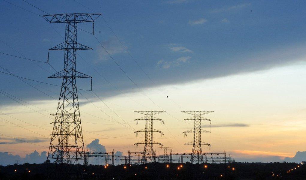 Estatal federal Eletrobras convocou para 22 de julho uma assembleia de acionistas que levará à União um pedido para a injeção de pelo menos R$ 7 bilhões em suas distribuidoras de energia elétrica, além de uma proposta para vender todas essas subsidiárias até o final de 2017