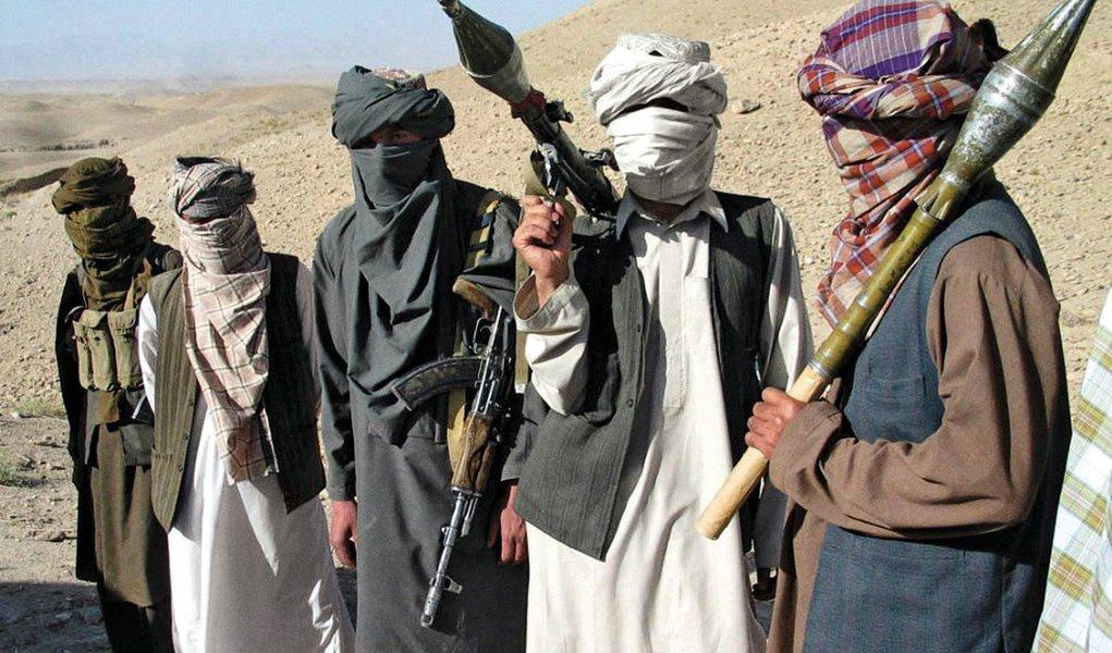 Taliban e o governo do Afeganistão retomaram conversas de paz secretas em setembro e realizaram duas rodadas de discussões no Catar; diplomata sênior norte-americano teria participado das reuniões ocorridas no Catar, onde o grupo islâmico possui um escritório diplomático; conversas de paz anteriores mediadas pelo Paquistão não resultaram em grandes avanços e travaram quando os Estados Unidos mataram o ex-líder do Taliban mulá Akhtar Mansour em solo paquistanês em maio