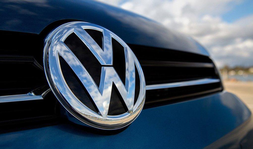 Segundo a agência Reuters, o acordo da Volkswagen com quase 500 mil consumidores e autoridades nos Estados Unidos devido ao escândalo de fraude em testes de emissões de poluentes de veículos a diesel deve custar mais de US$ 15 bilhões de dólares; acordo, que será anunciado nesta terça-feira em Washington, inclui US$ 10,033 bilhões em oferta de recompra de cerca de 475 mil veículos e quase US$ 5 bilhões em fundos para compensar emissões excessivas de diesel
