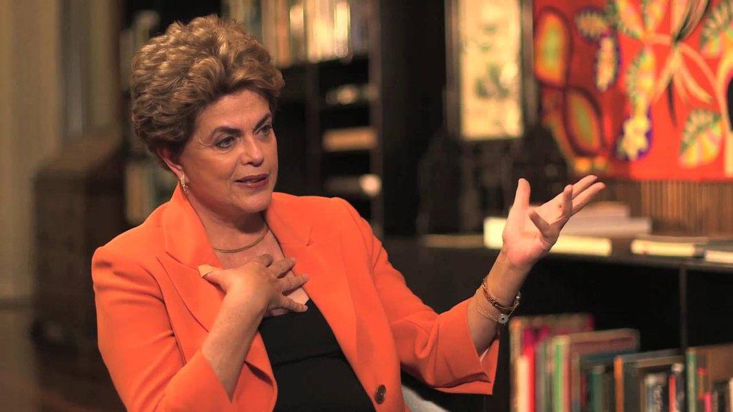 """Em entrevista ao programa do DCM na TVT, presidente Dilma Rousseff disse que """"golpe desse tipo não destrói a democracia: corrompe""""; """"Não tem saída para a crise que não passe pela minha volta"""", afirmou; ela acrescentou ainda que somente a reforma política poderá tirar o país da crise de representatividade em que se encontra: """"não é possível você ter 54 milhões de votos e isso não ter a menor correspondência com a sua maioria ou minoria"""";sobre o governo interino de Michel Temer, disse que terá obrigação de """"retomar direitos"""", como o Minha Casa Minha Vida; """"O Estado brasileiro é obrigado a gastar recursos com aqueles que mais precisam. Ou então nós não teremos uma geração que vai ter condições mínimas de vida"""", destacou"""