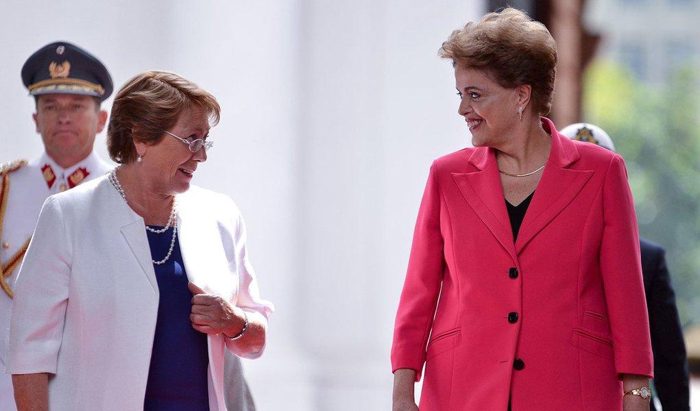 """A presidente do Chile, Michelle Bachelet, afirmou nesta quinta (22) que não gostou do impeachment de Dilma Rousseff e que o processo foi mais fácil de ser realizado porque se tratou de uma mulher, e não de um homem; """"Eu sou muito amiga de Dilma. Gosto dela e ligo para ela. A Constituição do Brasil permite (o impeachment), portanto em termos de legalidade não posso dizer nada. Mas não gostei do que aconteceu, isso é tudo o que posso dizer"""", disse Bachelet em conferência no centro de estudos Wilson Center de Washington; """"Acredito que é mais fácil quando é uma mulher do que quando é um homem"""", acrescentou, em meio a um forte aplauso em um auditório com aproximadamente 300 pessoas"""