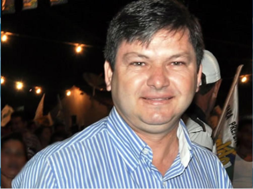 Ronaldo Sampaio (PDT), prefeito afastado de Nova Olinda, na região do Cariri, foi encontrado morto na tarde desta quarta-feira, próximo a um sítio entre o município e o Crato. Ele foi afastado do cargo pela Câmara Municipal em 20 de junho, após ser acusado pelo Ministério Público do Estado de ter contratado irregularmente, entre 2014 e 2015, a psicóloga Viviane Chaves dos Santos, sua namorada à época