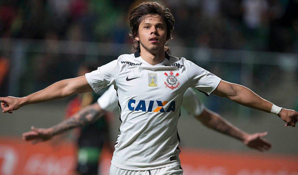 Fora de casa, o Timão bateu o América-MG por 2 a 0 e colou no líder; o Alvinegro chegou 22 pontos, mesma pontuação do Palmeiras, que entra em campo nesta quinta (30), diante do Figueirense; enquanto o Timãoencostou na liderança, os mineiros seguem com oito pontos, na 20ª colocação