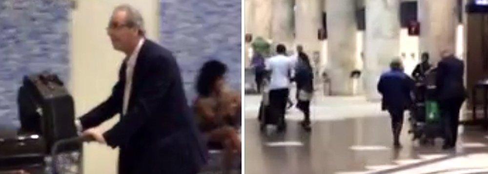 """Alvo frequente de escrachos nas últimas semanas, Eduardo Cunha (PMDB-RJ) foi hostilizado e até apanhou de uma senhora no aeroporto Santos Dumont nesta quarta-feira 12, depois de já ter ouvido gritos de """"ladrão"""" durante o voo; enquanto ele carregava um carrinho com sua bagagem, uma mulher correu até ele e o atacou com a bolsa; o ex-deputado disse que """"está tomando as medidas para identificar e processar"""" a pessoa"""