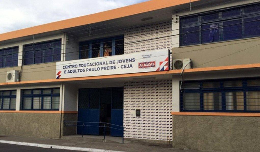 Dois homens armados roubaram celulares, um relógio e uma camisa de estudantes que estavam na entrada de uma escola em Maceió; câmeras de monitoramento não filmaram a ação, o que levanta a possibilidade de que os assaltantes planejaram e conheciam o local
