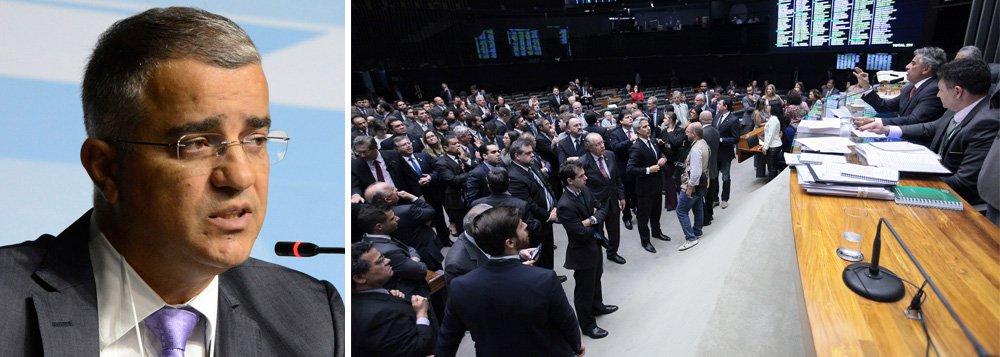 """Jornalista Kennedy Alencar afirma que """"PSDB, DEM, PMDB e PP fracassam ao tentar anistiar caixa 2"""" praticado no passado, na Câmara,""""na calada de uma noite de segunda-feira, de tocaia, sem alarde"""", e avalia que esse """"fracasso é o retrato da decadência do atual Congresso Nacional""""; ele lembra que""""os articuladores da manobra foram os principais partidos da base de apoio do governo Temer"""""""