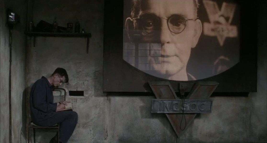 """O filme 1984, baseado no livro do mesmo título do livro de George Orwell, já começa com uma frase emblemática: """"Quem controla o passado, controla o futuro. Quem controla o presente, controla o passado""""; é a deixa para mostrar como a informação é transfromada em poder para transmitir e descrever fatos históricos de acordo com a sua conveniência; """"1984"""" é um clássico da literatura e do cinema, porque os ideais expressos ainda vigoram, sob diversas formas, em diversas sociedades do nosso tempo"""