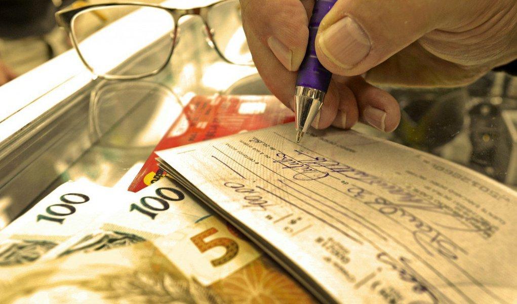 Três dos sete bancos pesquisados pelo Procon de São Paulo aumentaram em outubro a taxa cobrada sobre o uso de dinheiro do cheque especial; maior elevação (3,83%) foi verificada na Caixa Econômica Federal (CEF) em que os correntistas passaram a pagar 13,55% ao mês ante 13,05%, no mês anterior