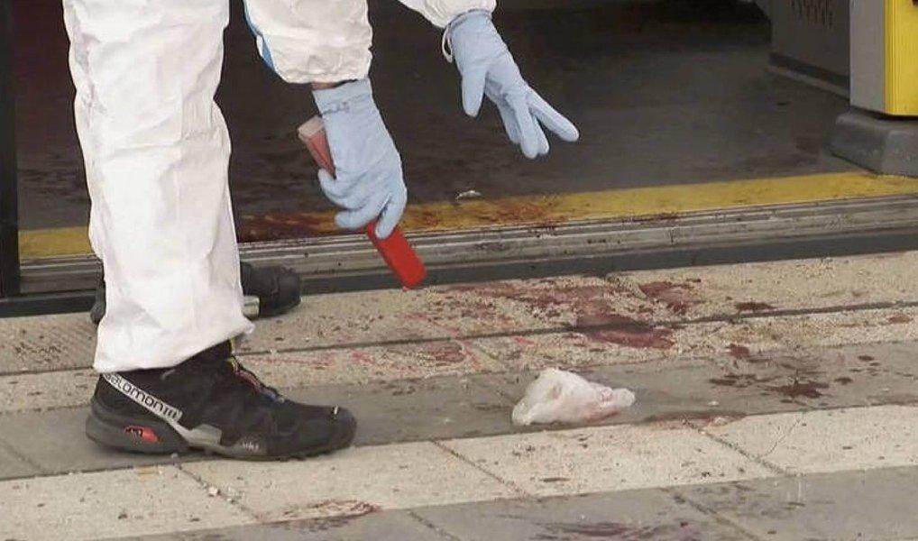 Um homem armado com uma faca matou pelo menos 15 pessoas e feriu gravemente muitas outras em uma instituição para pessoas com deficiência no Japão, na terça-feira (horário local), informou a agência de notícias Kyodo; a polícia em Sagamihara, Kanagawa, prendeu um suspeito