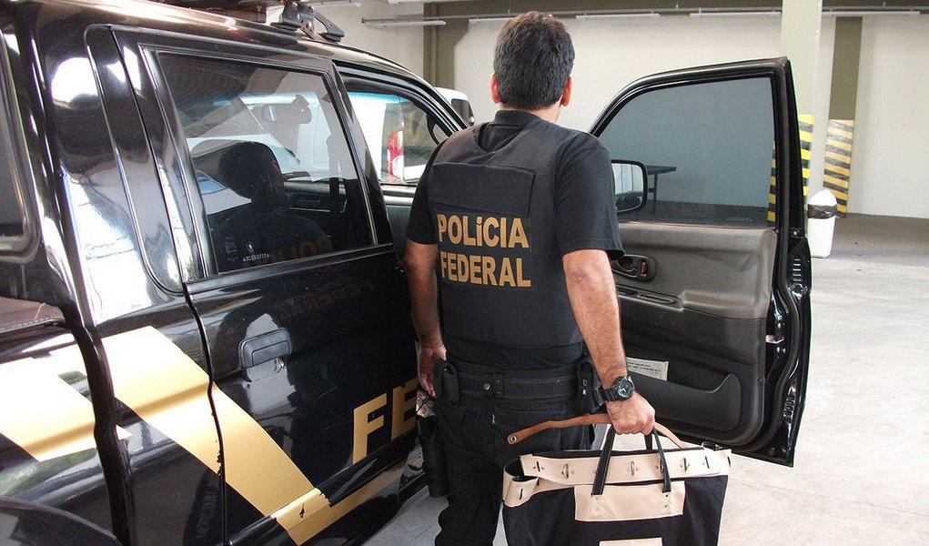 Polícia Federal (PF) realizou operação para desarticular uma quadrilha responsável por diversos assaltos a agências da Caixa Econômica Federal em Pernambuco e Alagoas; maior parte dos criminosos já se encontrava presa e ordenava as ações de dentro da penitenciáriaarreto Campelo, em Itamaracá (PE)