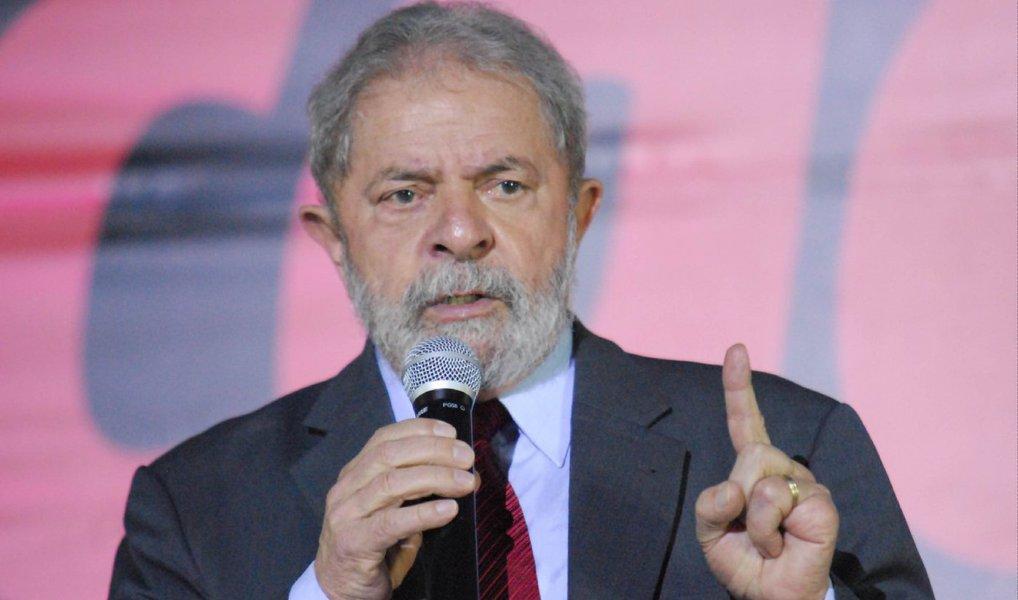 """O jornalista Fernando Brito, do Tijolaço, afirma, em análise publicada nesta quinta (28) que """"há muita marola no tal laudo da Polícia Federal sobre a participação de um engenheiro da Odebrecht no sítio frequentado por Lula, em Atibaia (SP)""""; segundo ele, """"como, até agora, Lula não foi acusado de ter facilitado a vida da empresa e recebido as obras do sítio como contrapartida, o máximo que se pode ver aí é um problema ético, não penal""""; ele também fala da medida tomada pelo ex-presidente de recorrer ao Comitê de Direitos Humanos da ONU; """"O ex-presidente deixa claro que não se opõe a ser investigado, mas exige que isso se faça com imparcialidade, e que as autoridades brasileiras obedeçam o curso legal das investigações e processos"""", frisa"""
