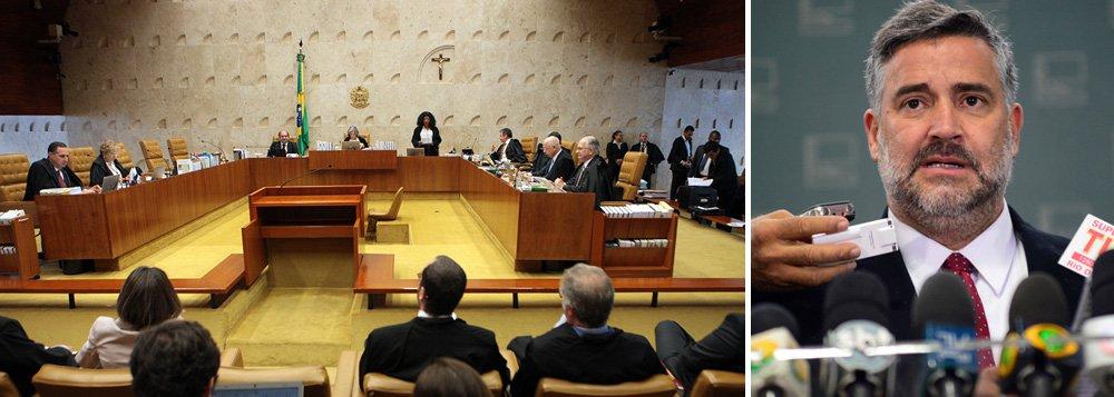 """Deputado Paulo Pimenta (PT-RS) criticou a apatia do poder Judiciário diante de excessos cometidos atualmente contra o Estado Democrático de Direito no Brasil; """"O silêncio do judiciário fragiliza as instituições e reforça a percepção de um estado de exceção onde a perseguição política é tolerada. Diante dos objetivos 'maiores' de derrotar um projeto de nação e da 'necessária' criminalização de seus líderes e representações políticas"""", disse; para Pimenta, as ações contam com a proteção e apoio de setores da grande mídia, """"que produzem uma narrativa que cria as condições para impunidade das ilegalidades cometidas"""""""