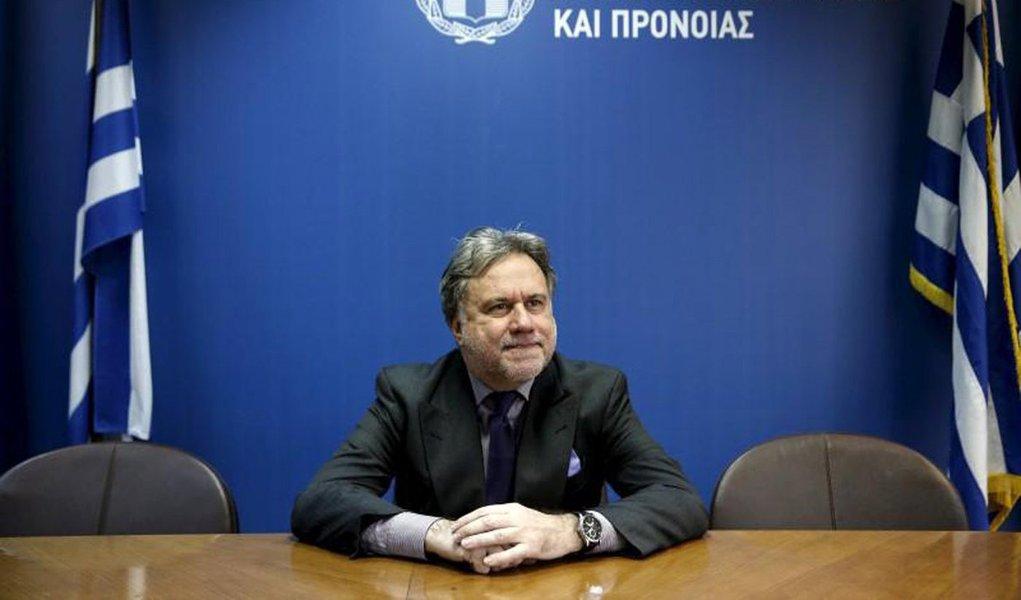 Ministro do Trabalho da Grécia, George Katrougalos, disse que o país informaráaos credores que não pode cumprir as reformas trabalhistas exigidas pelo Fundo Monetário Internacional (FMI) como uma condição ao seu apoio ao terceiro resgate do país; governo de esquerda da Grécia considera a demanda do FMI como uma proibição ao direito dos trabalhadores para negociarem salários e condições em uma base coletiva; desacordo sobre a questão pode comprometer o financiamento do resgate de 86 bilhões de euros e minar a confiança global no acordo
