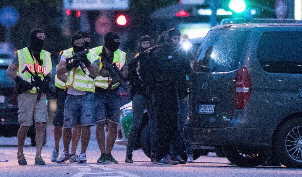 """Adolescente alemão-iraniano que matou nove pessoas e depois se suicidou em Munique na sexta-feira, 22, recebeu tratamento psiquiátrico e foi com toda probabilidade um atirador solitário que não tinha vínculos com o Estado Islâmico, disse a polícia;""""Com base nas buscas, não há indicação alguma de uma conexão com o Estado Islâmico"""" ou com a questão dos refugiados, disseRobert Heimberger, da polícia da Baviera"""