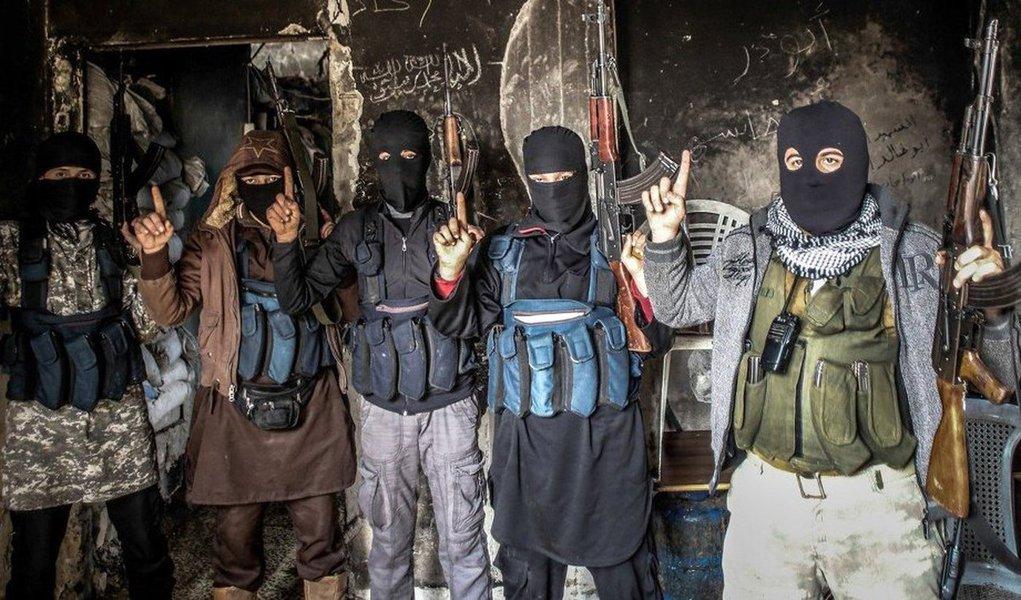 """Atual líder da Al-Qaeda, Ayman al-Zawahiri, teria pedido aos seus companheiros que sequestrassem pessoas do Ocidente para trocá-los por jihadistas presos até que o último muçulmano preso seja libertado; """"Na gravação al-Zawahiri exorta à luta contra """"os cruzados, traidores e inimigos do Islã"""", luta que ele pretende lançar tomando reféns nos países ocidentais. Ele sugere trocar ocidentais capturados por jihadistas mantidos em prisões dos """"ateístas"""" até que o último homem muçulmano aprisionado e a última muçulmana aprisionada sejam libertados"""", informou o SITE Intelligence Group;Entre os meios de realização de ataques é indicado o veneno, explosivos e armas de fogo que podem ser adquiridas facilmente nas """"favelas"""" brasileiras"""