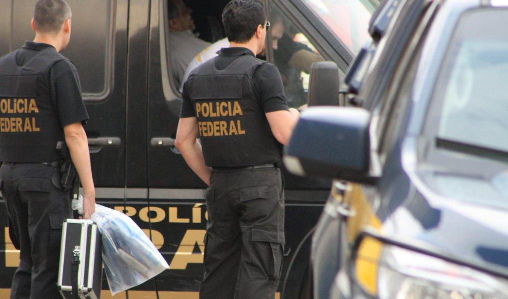 A Polícia Federal deflagrou nesta quarta-feira um desdobramento da Operação Copérnico, no interior da Bahia; foram cumpridos um mandado de busca e apreensão e um de condução coercitiva no município de Iramaia; a operação investiga desvio de verbas públicas destinadas à saúde, fraude em licitação, corrupção e lavagem de dinheiro; segundo a PF, a organização criminosa, que foi desarticulada em junho deste ano, operava em nome de laranjas e criava entidades filantrópicas e empresas de fachada para firmar contratos de gerenciamento de hospitais, Unidades de Pronto Atendimento e centros de saúde