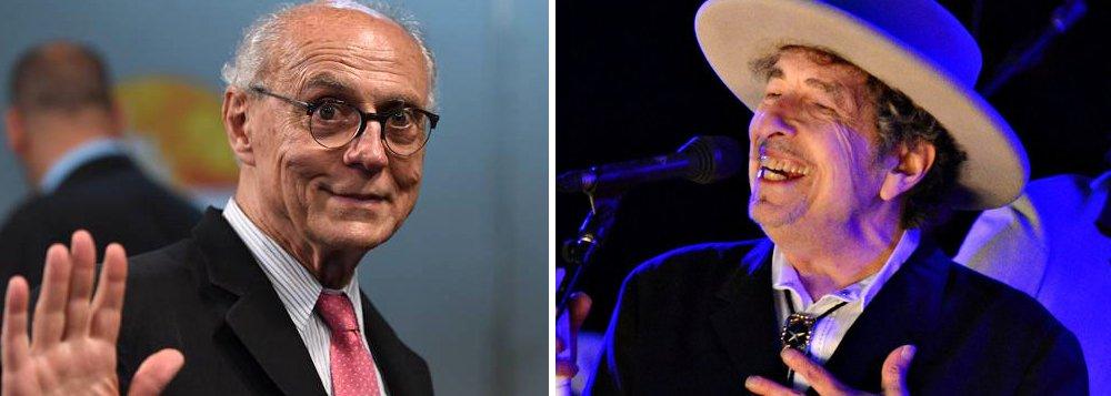 """""""Parabéns a Bob Dylan"""", escreveu o vereador eleito Eduardo Suplicy (PT-SP), fã declarado do compositor norte-americano; """"Quando os povos do mundo saíram nas ruas para protestar contra as guerras do Vietnã e do Iraq, todos cantaram juntos 'Blowin' in the Wind'"""", diz ainda o post de Suplicy; a canção já foi cantada diversas vezes em público pelo ex-senador; relembre"""