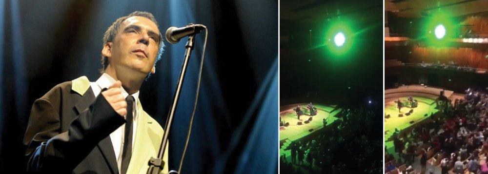 A torcida contra o governo interino se manifestou em um show do cantor e compositor Arnaldo Antunes na capital da Argentina; assista