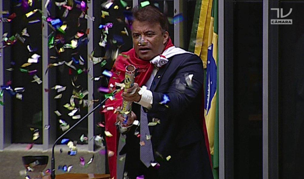 Tribunal Regional Eleitoral do Pará (TRE-PA) cassou nessa sexta-feira, 8, por unanimidade, o mandato do deputado federal Wladimir Costa (Solidariedade); segundo a TVRBA, entre as irregularidades que causaram a decisão estão o recebimento de recursos financeiros para campanha, oriundos de fontes não declaradas bem como a omissão na declaração de montante que chega a R$410.800; Wladimir ficou conhecido nacionalmente nos últimos meses após a pirotecnia durante a votação do impeachment da presidente Dilma Rousseff na Câmara
