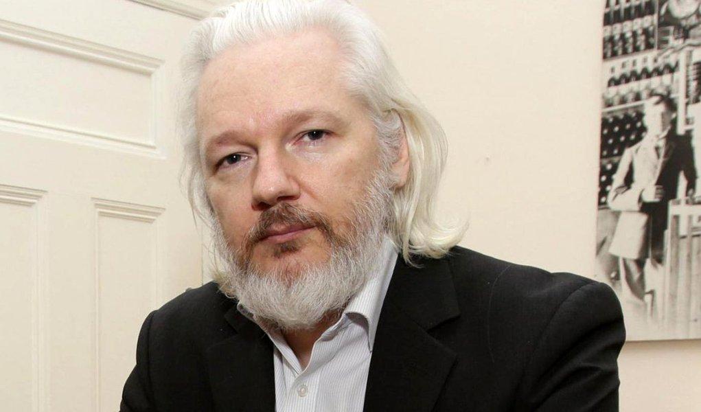Procuradores suecos anunciaram que o fundador do WikiLeaks, Julian Assange, será interrogado na embaixada do Equador em Londres em 17 de outubro;interrogatório será conduzido por um procurador equatoriano e acompanhado pela procuradora-chefe da Suécia, Ingrid Isgren, e um investigador da polícia sueca; Assange responde a acusações de ter cometido abuso sexual em 2010; ele evitou o risco de extradição para a Suécia ao se refugiar na embaixada do Equador