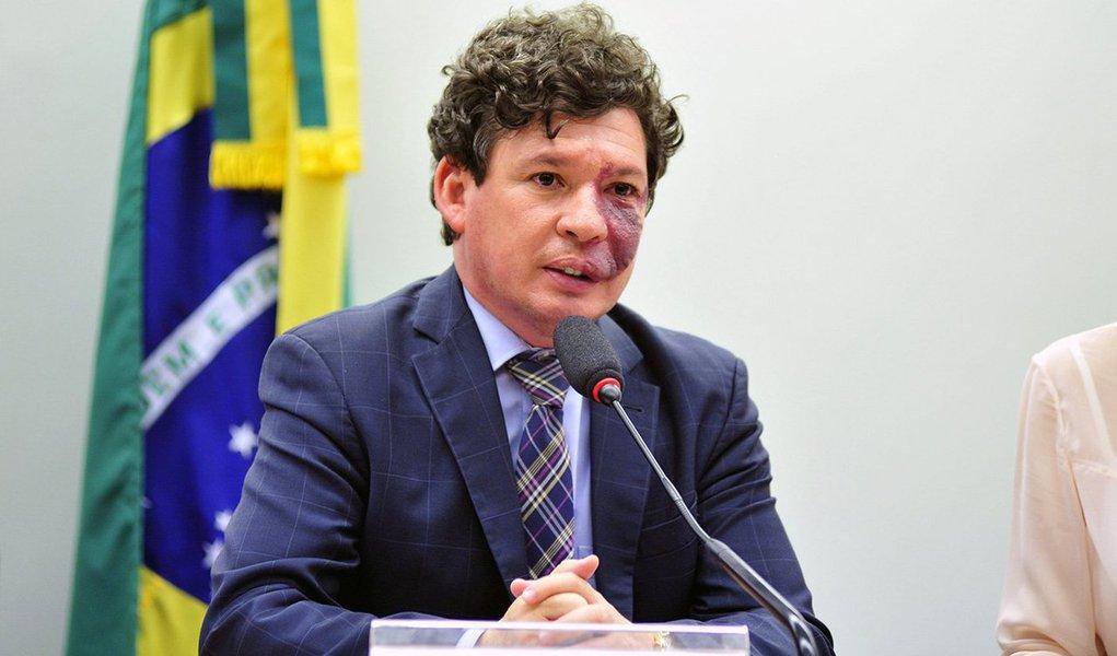 """Candidatos de partidos de esquerda começam a planejar o que o ex-presidente Lula definiu, no lançamento da candidatura da deputada Jandira Feghali (PCdoB) a prefeita do Rio, como oportunidade para """"uma nova experiência política"""". O deputado Reginaldo Lopes (PT-MG), pré-candidato do PT à prefeitura de Belo Horizonte, está apresentando ao partido um roteiro de como faria sua campanha: só com os recursos do fundo partidário e as doações legais de pessoas físicas, como agora prevê a legislação"""