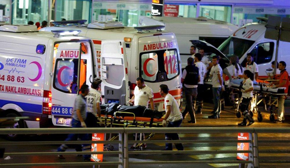 Paramédicos socorrem vítimas de ataque em aeroporto de Atarturk, em Istambul 28/06/2016 REUTERS/Osman Orsal