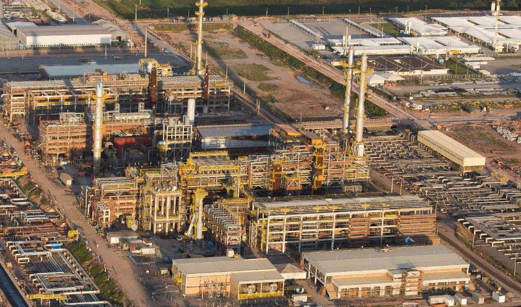 Refinaria Abreu e Lima, também conhecida como Refinaria do Nordeste (Rnest), alcançou novo recorde mensal de processamento de petróleo, de 94,8 mil barris por dia (bpd), superando em 3,8 mil bpd o recorde anterior obtido em março de 2016; produção de diesel S-10 chegou a 330,2 mil metros no mês passado; volume representou 28,2% da produção total desse derivado pela Petrobras em maio de 2016