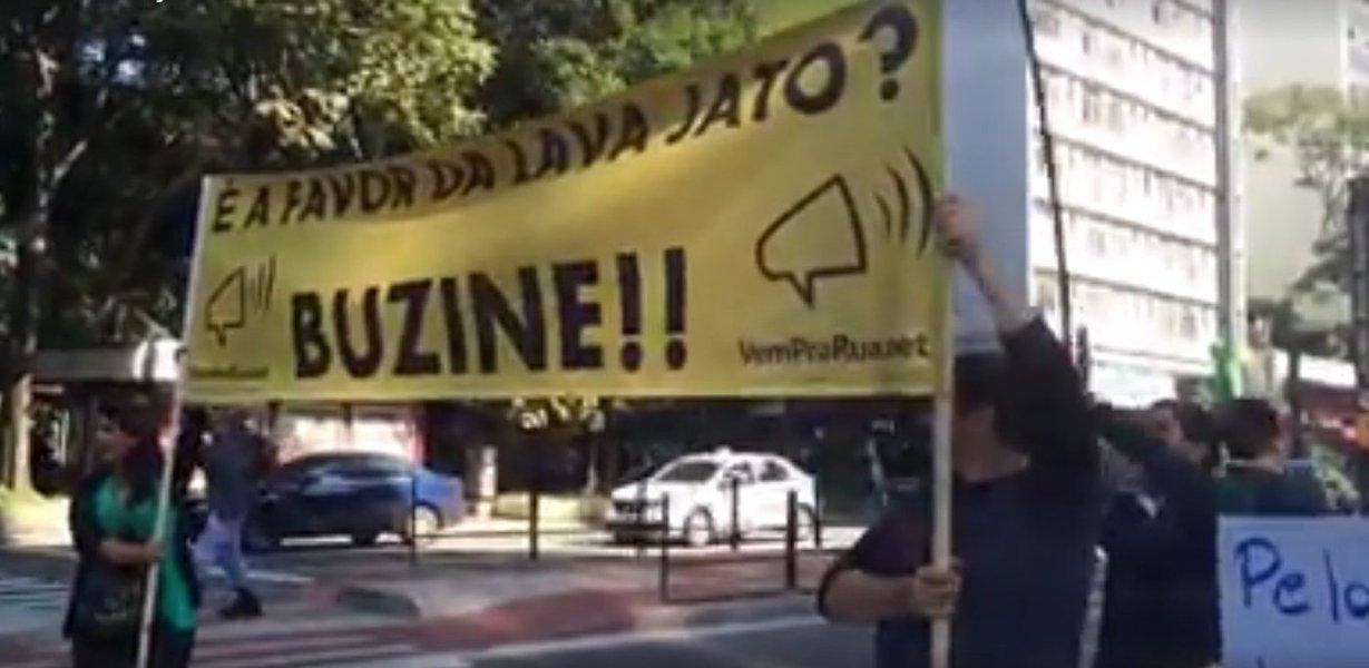 Membros e simpatizantes do Movimento Vem Pra Rua fizeram um ato neste sábado na Avenida Paulista, em frente ao prédio da Justiça Federal em São Paulo, em apoio às investigações da Operação Lava Jato e à campanha Dez Medidas contra a Corrupção, promovida pelo Ministério Público Federal (MPF); o grupo, de cerca de 40 pessoas, carregava faixas e distribuía folhetos desde as 11h no local; quando os semáforos fechavam, alguns ativistas ocupavam a rua e pediam que os motoristas buzinassem em apoio ao ato e à causa