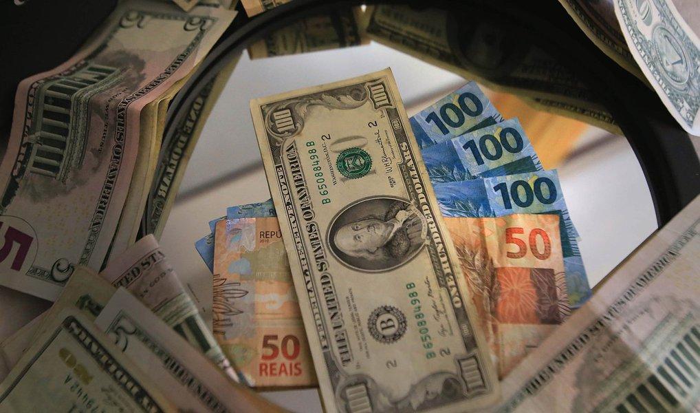 Dados do Banco Central apontam que o fluxo cambial, saldo de entrada e saída de moeda estrangeira do país, ficou negativo em US$ 3,560 bilhões em junho; Brasil perdeu US$ 5,862 bilhões só na semana passada; até então, o fluxo cambial estava positivo em US$ 1,870 bilhão