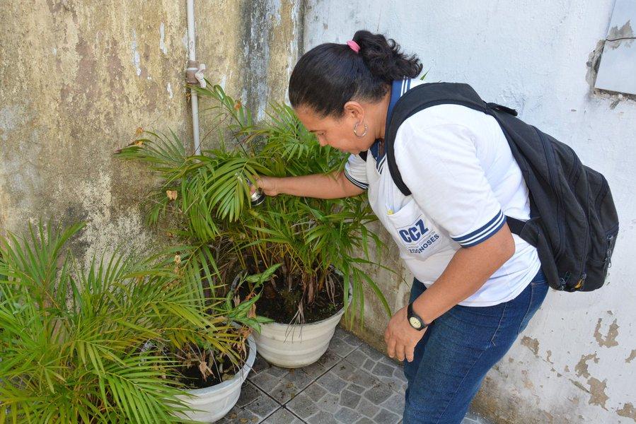 O último Levantamento de Índice Rápido para Aedes aegypti (LIRAa), feito entre os dias 1 e 22 de junho, apontou que o novo Índice de Infestação Predial (IIP) em Salvador é de 1,4%; ou seja, de cada 100 imóveis visitados, menos de dois apresentaram focos do mosquito. Apesar de ainda estar em estado de alerta para ocorrência de uma eventual epidemia das arboviroses, como recomenda a Secretaria Municipal da Saúde, houve redução de 22% em relação ao último levantamento, do mês de janeiro, quando o indicador era de 1,8%